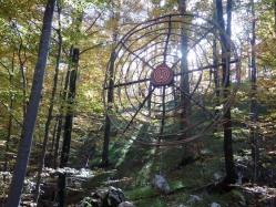 Boris Pecigoš: ''Viseća mandala'', drvo akacije i bukve, lijane, kamen, špaga, žica, ekološke akrilne boje, promjer 150 cm, Land art staza, Učka, 2016.