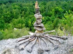 Boris Pecigoš: ''Zen čuvar samoće'', kamen vapnenac litavac, drvo, visina 80 cm, Medvednica, kamenolom Bizek, 2012.