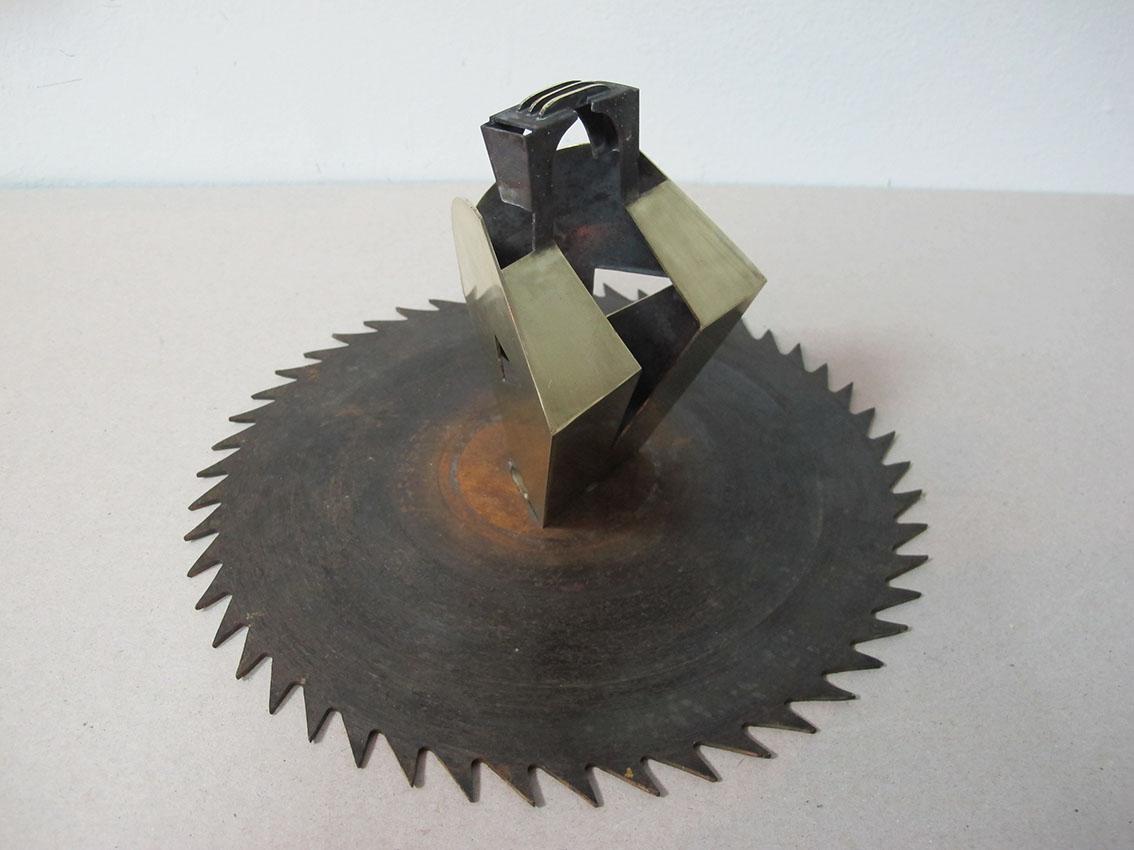 ''Osoba a'', iz serije radova ''Sinkroniciteti'', mesing i željezo, 13,5 x 24,5 x 24,5 cm, 2021.