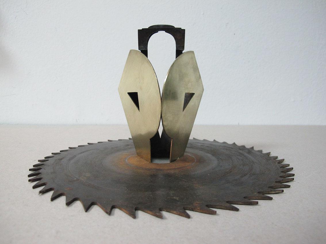 ''Osoba b'', iz serije radova ''Sinkroniciteti'', mesing i željezo, 13,5 x 24,5 x 24,5 cm, 2021.