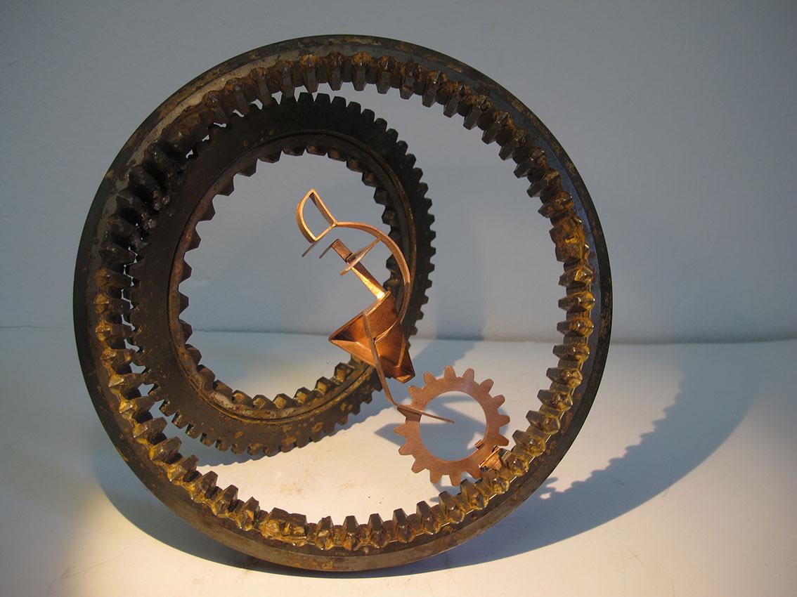 ''Monociklist'', iz serije radova ''Žongleri'', željezo i bakar, 20 x 20 x 17 cm, 2018.