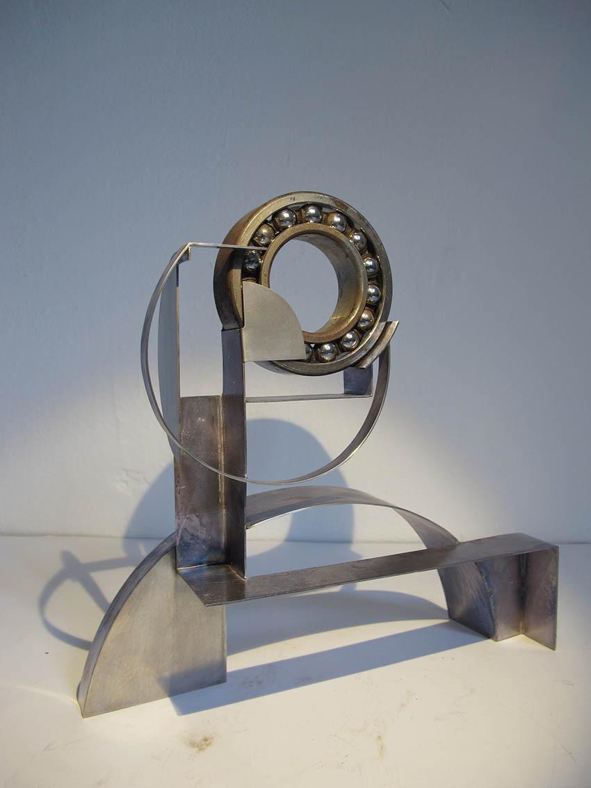 ''Žongler'', iz serije radova ''Žongleri'', posrebreni mesing i željezo, 24.5 x 23.5 x 8 cm, 2018.