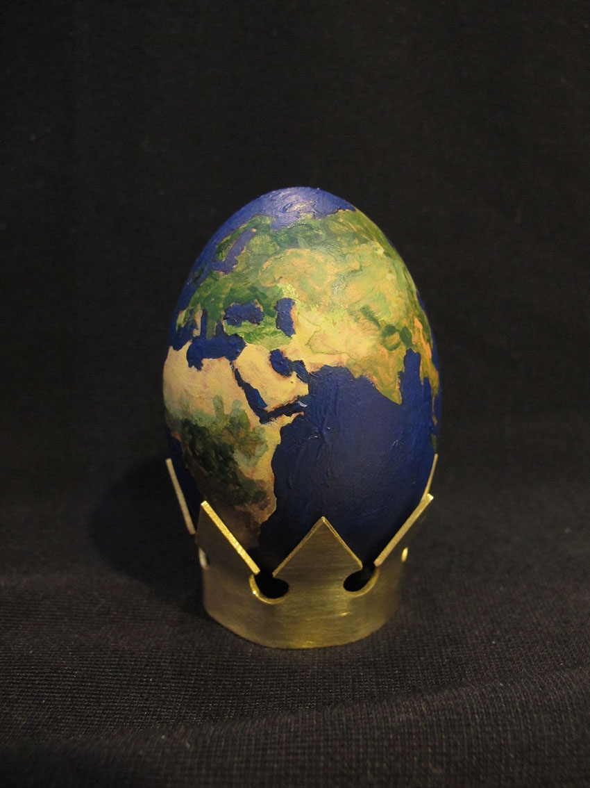 ''Uskrs 2020 (COVID -19')'', akrilna boja na ljusci jajeta i mesing, 4.5 x 4.5 x 7.5 cm, 2020.