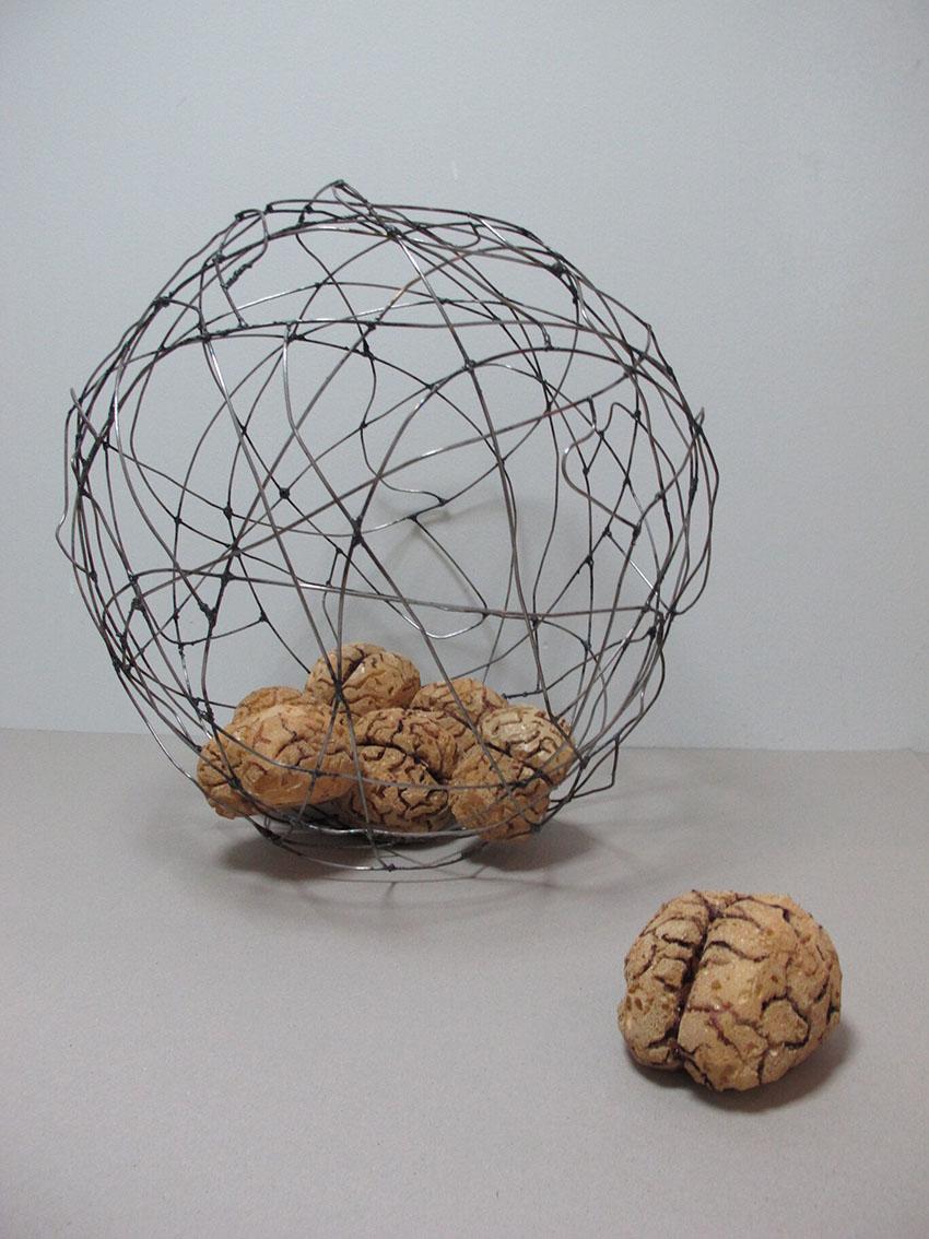 ''Društvene mreže – povezanost i/ili zatvor'', željezo, poliuretanska pjena, akrilni lak i akrilne boje, 62 x 62 x 62 cm, 2020.