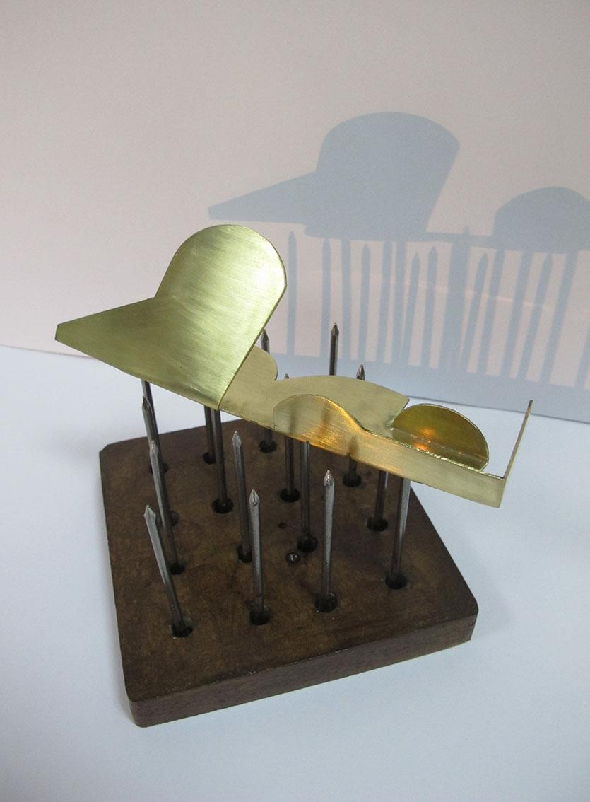 ''Izdržljivost žene'', drvo, željezo, mesing, 12,5 x 16,5 x 16 cm, 2021.