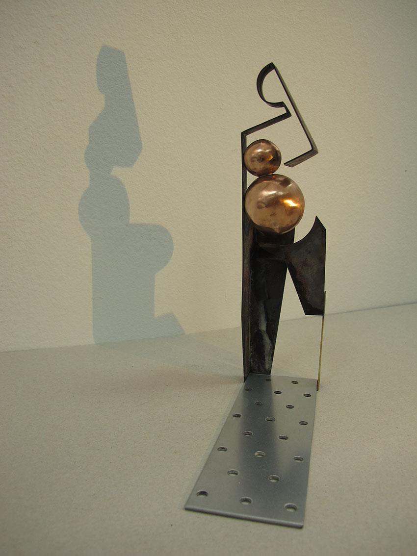 ''Osoba'', iz serije radova ''Sinkroniciteti'', bakar, mesing, pocinčano željezo, 22 x 5,5 x 5 cm, 2020.
