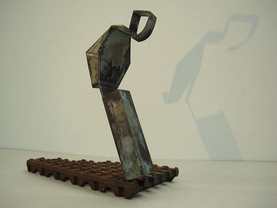 ''Osoba'', iz serije radova ''Sinkroniciteti'', mesing i željezo, 24 x 14 x 26 cm, 2020.